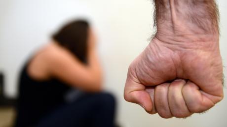 Ein 35 Jahre alter Mann soll seine Ehefrau zwei Mal verletzt haben. Deswegen muss er sich vor dem Amtsgericht in Landsberg verantworten.