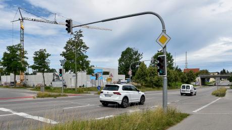 Die Kreuzung Augsburger Straße/Viktor-Frankl-Straße in Kaufering gilt als Unfallschwerpunkt. Im Marktgemeinderat wurden jetzt die aktuellsten Planungen für den Bau eines Kreisverkehrs vorgestellt.