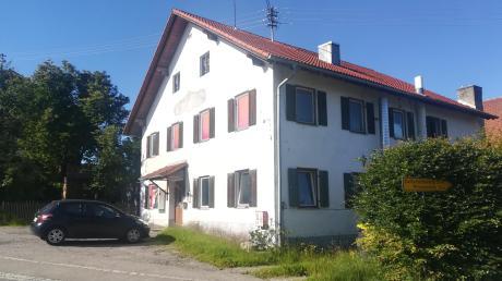 """Über die ehemalige Kult-Kneipe """"Fuchs und Has"""" in Dettenhofen ist seit der Schließung im März buchstäblich Gras gewachsen. Anstelle des Gasthauses sollen dort Wohnhäuser gebaut werden."""