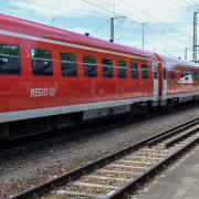 Bahnhof Kaufering: Ab 2030 halten keine Regionalzüge mehr in Kaufering und Geltendorf. Es fährt dann die elektrische S-Bahn.