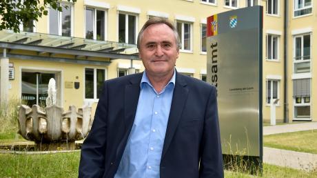 Andreas Graf vor dem Landratsamt in Landsberg. Dort hat er 47 Jahre lang gearbeitet.