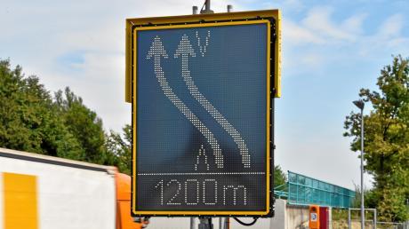 Auf der A96 bei Germering wird der Verkehr wegen einer Baustelle auf eineandere Spur gelegt.