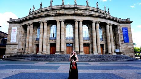 Hedwig Gruber vor ihrem Arbeitsplatz, dem Staatstheater in Stuttgart.