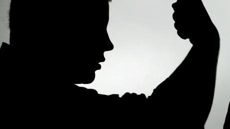 Weil er seine Frau zwei Mal geschlagen hat, ist ein 35-Jähriger aus dem Landkreis zu einer Bewährungsstrafe verurteilt worden.