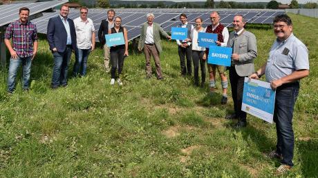 Fuchstals Bürgermeister Erwin Karg (rechts) freute sich über die Auszeichnung von Bayerns Wirtschaftsminister Hubert Aiwanger. Dieser hat sich auch ins Goldene Buch der Gemeinde eingetragen.