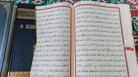 Weil sein Zimmernachbar zu laut Koran-Verse abgespielt hat, hat ihn ein 35-Jähriger aus Nigeria beleidigt, geschubst und getreten.
