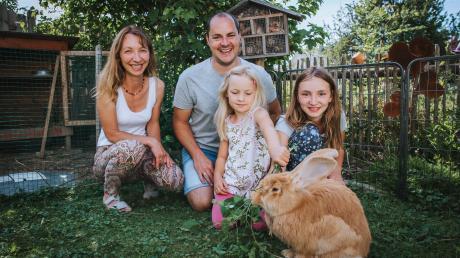 Der Garten von Familie Wagner in Untermühlhausen: (von links) Barbara, Viola, Thomas und Amelie Wagner mit Hase Anton.