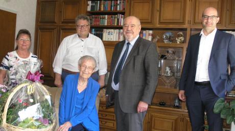 Zum 100. Geburtstag gratulierten Ilse Rath auch (von links): Liane Luge, Alex Dorow, Siegfried Luge und Michael Kießling.