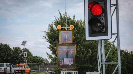So sieht es an der Anschlussstelle in Inning aus, wenn ein zu hoher Lkw auf die A 96 fahren möchte und gestoppt wird.