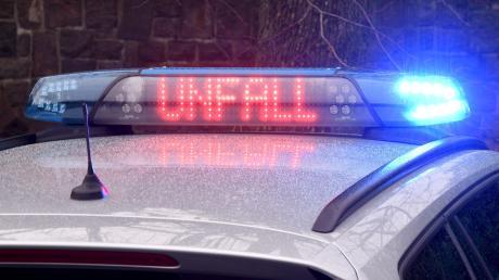 Ein Lastwagenfahrer ist auf eine Autofahrerin aufgefahren, die in Ustersbach abbiegen wollte.