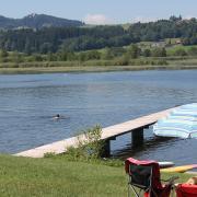 Der Haslacher See bei Bernbeuren mit Blick auf den Auerberg.