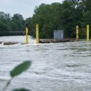 Die Arbeitsplattform beim Lady-Herkomer-Steg am Lech in Landsberg ist überschwemmt.