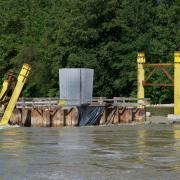 Am Dienstag sah die Baustelle des neuen Lady-Herkomer-Stegs in Landsberg noch aus wie immer.AmMittwochwaren dort erste Schäden, die das Hochwasser im Lech angerichtet hat, erkennbar.