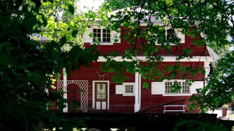 Die roten Wände und weißen Fenster verleihen dem Norwegerhaus im Echinger Malerwinkel ein nordisches Aussehen.