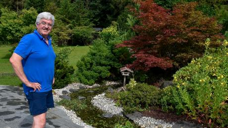 Wolfgang Schmitz in seinem Garten in Pitzling.