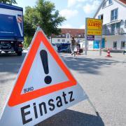 Der große Gebäudekomplex in Greifenberg, wo Wohnungen und Geschäfte untergebracht sind, ist einsturzgefährdet. Experten des Technischen Hilfswerks untersuchten die Räume am Sonntag noch.