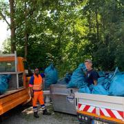 40 blaue Säcke mit Müll haben Diego La Rosa und Tesfamichael Mehari im Uttinger Bauhof abgeladen.