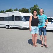 Garvin Sohns und seine Partnerin Tina Stangl freuen sich auf den ersten Urlaub mit dem neuen Wohnanhänger.