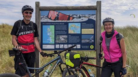 Anton und Luitgard Ruile aus Egling sind vom südlichsten zum nördlichsten Punkt Deutschlands mit dem Fahrrad gefahren. Das Bild zeigt sie am Sylter Ellenbogen.