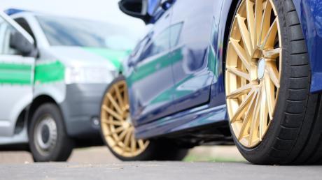 Die Polizei Landsberg hat am Wochenende bei Hurlach ein illegales Autorennen aufgelöst und mehrere Mitglieder der Tuning-Szene kontrolliert. Es gab einige Anzeigen.