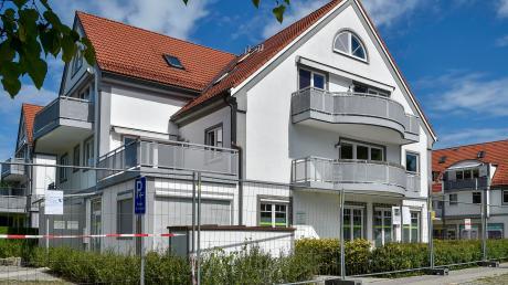 Die Wohnungen, Praxis- und Geschäftsräume in diesem Gebäudekomplex an der Haupt- beziehungsweise Wankstraße in Greifenberg sind verwaist. Nach zwei aufeinanderfolgenden Bränden sind jetzt die Brandsanierer und Gebäudereiniger am Werk.