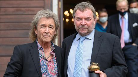 """Claus-Peter Reisch (rechts) erhielt in Dresden den Erich-Kästner-Preis. Für den Laudator, den RockmusikerPeter Maffay, ist Reisch """"ein wahrer Held unserer Zeit""""."""