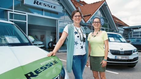 Isabella Rauch (links, mit ihrer Schwester Christina) führt das Autohaus Ressle in Ludenhausen seit rund drei Jahren. Sie blickt auf die über 60-jährige Geschichte des Unternehmens zurück.
