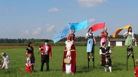 Alle Teilnehmer - darunter auch der Nikolaus - versammeln sich zum Fototermin.