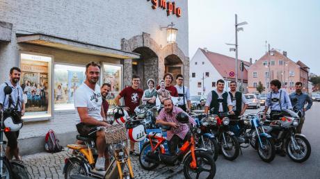 Julian und Thomas Wittmann (Bildmitte) trafen sich nach Filmvorführung und Gespräch zur Fotosession vor dem Olympia-Kino mit Moped-Freunden aus dem Landkreis Landsberg.