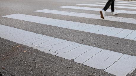 Ein Mann aus dem Kreis Eichstätt ärgerte sich über eine defekte Ampel. Daraufhin malte er sich einen Zebrastreifen.