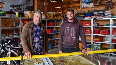 Claus Konrad und Sohn Jonas (oben) wären mit dem Toboggan auch dieses Jahr wieder auf der Wiesn dabei gewesen. Das Traditionsgeschäft steht wird in Kinsau gelagert.