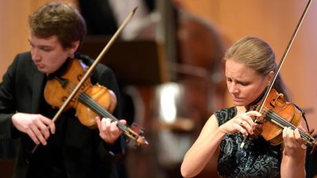 Julia Fischer (Violine), Louis Vandory (Violine) sowie Felix Mildenberger (Dirigent) mit dem Orchester der Deutschen Kammerphilharmonie Bremen eröffneten am Freitag in Bad Wörishofendas Festival der Nationen 2020.