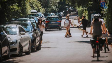 Viel los ist an schönen Sommertagen auf der Kaagangerstraße in Eching, auf der es auch zum Freizeitgelände am Ammersee geht. Im Gemeinderat wird schon länger diskutiert, wie die Situation verbessert werden kann.