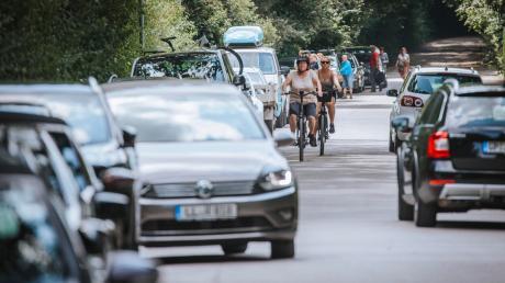 Lebhafter Ausflugsbetrieb auf der Kaagangerstraße in Eching im vergangenen August.