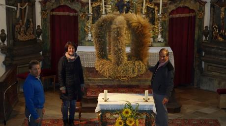Begeistert von der Erntekrone sind Pfarrer Johannes Huber (rechts), Diakon Albert Vögele und die Pfarrgemeinderatsvorsitzende Birgit Arnold.