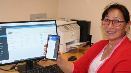 Irmgard Latzko, Leiterin des Kinsauer Kindergartens,präsentiert die neue App, mit der die Eltern mit dem Kindergarten in Kinsau in Verbindung treten können.