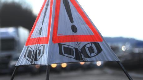 Zwei Spuren mussten nach einem Unfall auf der A8 bei Odelzhausen gesperrt werden.