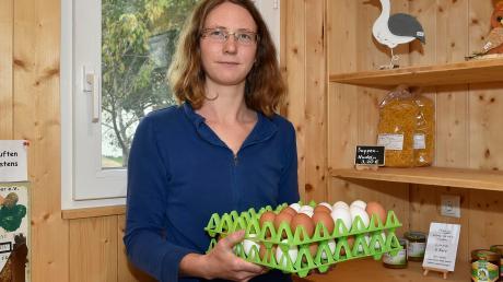 Nur noch zwei Packungen Nudeln stellt Carmen Schäffler in die Regale ihres kleinen Hofladens in Lengenfeld. Damit will sie dem Diebstahl von Lebensmitteln ein wenig Einhalt gebieten.