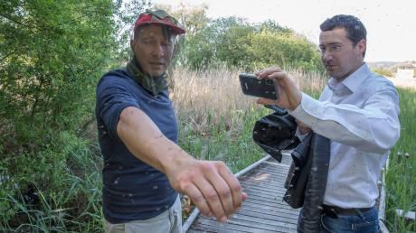 """Wenn Stechmücken zur Plage werden, finden sich die Rückstände von Anti-Mücken-Mitteln auch im Ammerseewasser. Darauf weist jetzt Rainer Jünger (links, mit Oliver Grüner) vom Verein """"Mückenplage? Nein, danke!"""" hin."""
