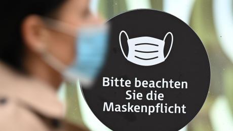 Die verschärften Corona-Regeln im Landkreis Dillingen beinhalten unter anderem eine Maskenpflicht an stark frequentierten Plätzen.
