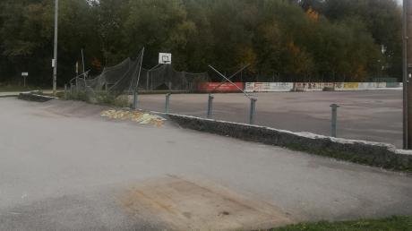 Nix mehr los: Nur noch eine Asphaltfläche findet sich an der Stelle der bisherigen Skateranlage in Dießen. Wenn sie neu gebaut wird, soll sie jedoch um den bisherigen angrenzenden Basketballplatz erweitert werden.