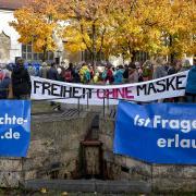 """""""Freiheit ohne Maske"""" war eine zentrale Forderung bei der Demonstration am Samstagmittag auf dem Hellmairplatz in Landsberg."""