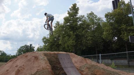Können Hobby-Biker in Egling bald abheben? Drei Jugendliche wünschen sich einen Rad-Fun-Park in ihrem Dorf und haben sich mit ihrem Anliegen an Bürgermeister Ferdinand Holzer gewandt.