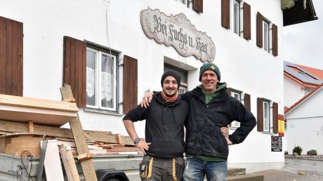 """Sieht mit dem Schild über der Tür schon fast so aus wie früher in Dettenhofen: Rick Hasler (links) und Stephan Wilkening bereiten die Neueröffnung des """"Fuchs und Has"""" vor."""