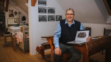 Ortschronist Alfons Löffler ist in Egling im Heimatmuseum aktiv. Dort stehen auchSchulbänke mit alten Klassenfotos.