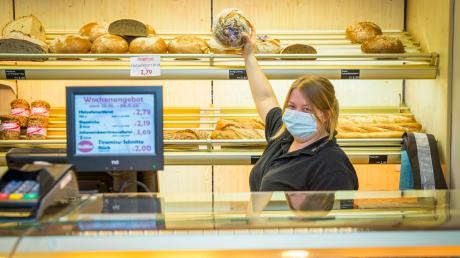 Nach dem Brand im August kehrt wieder Leben ein in die Geschäfte des kleinen Einkaufszentrums in Greifenberg. Filialleiterin Franziska Märkl von der Bäckerei Höflinger verkauft seit Dienstag wieder im Laden.