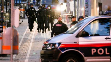Nach dem Attentat kontrollierte die Polizei die Wiener Innenstadt (oben).