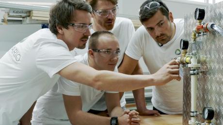 Der Breitbrunner Dr. Sebastian Porkert (hinten Mitte) mit seinen Kollegen von Ecofario Stefan Tomme, Adrian Scholl (links) und Robert Krapez haben den Hydrozyklon entwickelt, der jetzt in Eching im Einsatz ist.