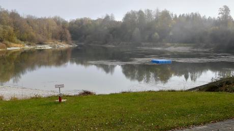 Vier mal vier Meter groß ist die schwimmende Plattform im Penzinger Baggersee, die aus Sicht der Gemeinde eine wichtige Ruhemöglichkeit für Schwimmer darstellt. Deshalb soll die blaue Insel auch erhalten bleiben.