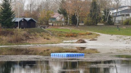 Der Penzinger Baggersee mit dem Floss in der Mitte.
